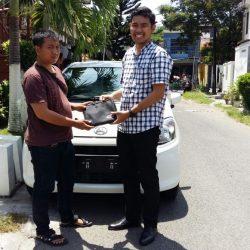 Foto Penyerahan Unit 1 Sales Marketing Mobil Dealer Daihatsu Surabaya Fajar