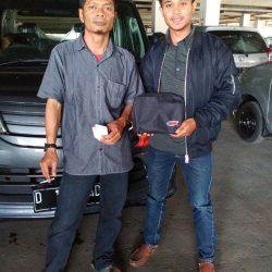 Foto Penyerahan Unit 12 Sales Marketing Mobil Daihatsu Asep