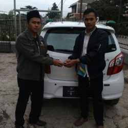 Foto Penyerahan Unit 2 Sales Marketing Mobil Daihatsu Asep