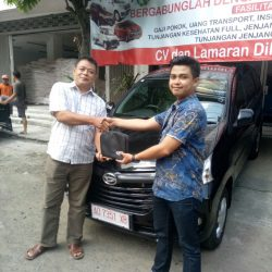 Foto Penyerahan Unit 2 Sales Marketing Mobil Dealer Daihatsu Haidar