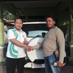 Foto Penyerahan Unit 2 Sales Marketing Mobil Dealer Daihatsu Lucky
