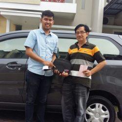 Foto Penyerahan Unit 2 Sales Marketing Mobil Dealer Daihatsu Surabaya Fajar