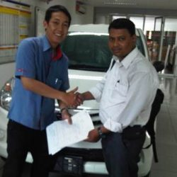Foto Penyerahan Unit 2 Sales Marketing Mobil Dealer Daihatsu Surabaya Stefanus