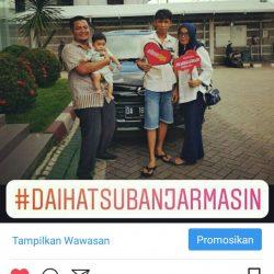 Foto Penyerahan Unit 2 Sales Marketing Mobil Dealer Daihatsu Zai