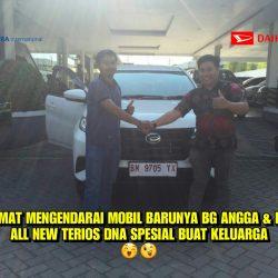 Foto Penyerahan Unit 3 Sales Marketing Mobil Dealer Daihatsu Andri