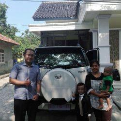 Foto Penyerahan Unit 3 Sales Marketing Mobil Dealer Daihatsu Lucky