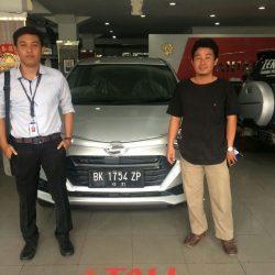 Foto Penyerahan Unit 3 Sales Marketing Mobil Dealer Daihatsu Medan Saulus