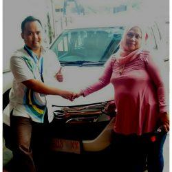 Foto Penyerahan Unit 3 Sales Marketing Mobil Dealer Daihatsu Pangandaran Feby