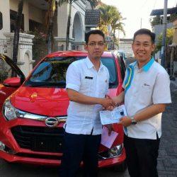 Foto Penyerahan Unit 3 Sales Marketing Mobil Dealer Daihatsu Surabaya Stefanus