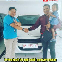 Foto Penyerahan Unit 4 Sales Marketing Mobil Dealer Daihatsu Andri