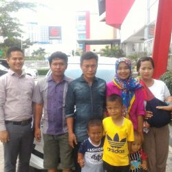 Foto Penyerahan Unit 4 Sales Marketing Mobil Dealer Daihatsu Cikampek Imam
