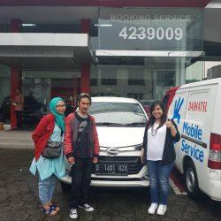 Foto Penyerahan Unit 4 Sales Marketing Mobil Dealer Daihatsu Cimahi Peby