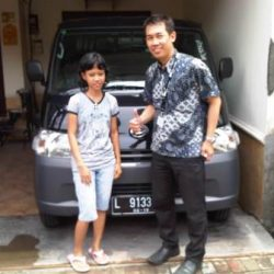Foto Penyerahan Unit 4 Sales Marketing Mobil Dealer Daihatsu Surabaya Stefanus