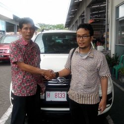 Foto Penyerahan Unit 5 Sales Marketing Mobil Dealer Daihatsu Semarang Arif