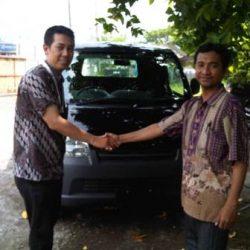 Foto Penyerahan Unit 5 Sales Marketing Mobil Dealer Daihatsu Surabaya Stefanus