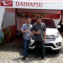 Foto-Penyerahan-Unit-6-Sales-Marketing-Mobil-Dealer-Daihatsu-Indramayu-Hendy