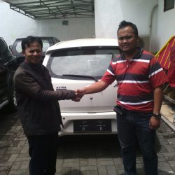 Foto Penyerahan Unit 8 Sales Marketing Mobil Dealer Daihatsu Pangandaran Feby