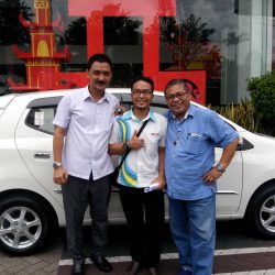 Foto Penyerahan Unit 8 Sales Marketing Mobil Dealer Daihatsu Semarang Arif
