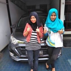 Foto Penyerahan Unit 1 Sales Marketing Mobil Dealer Daihatsu Shantika