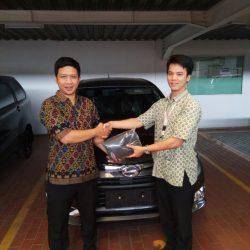 Foto Penyerahan Unit 2 Sales Marketing Mobil Dealer Daihatsu Cijantung Samuel