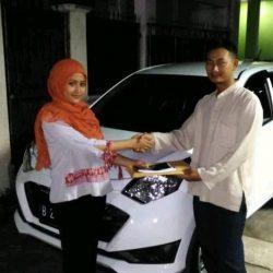 Foto Penyerahan Unit 2 Sales Marketing Mobil Dealer Daihatsu Shantika