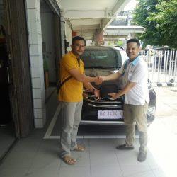 Foto Penyerahan Unit 1 Sales Marketing Mobil Dealer Daihatsu Johan